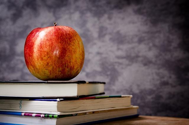 jablko na učebnicích