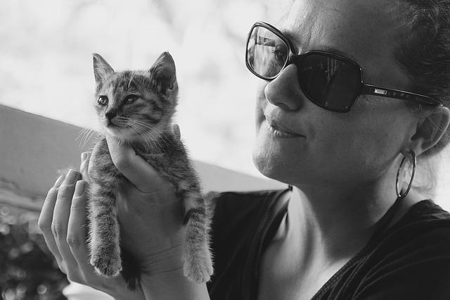 žena s kotětem