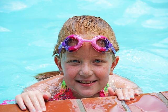 děvče u okraje bazénu
