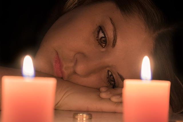 smutná žena u svíček