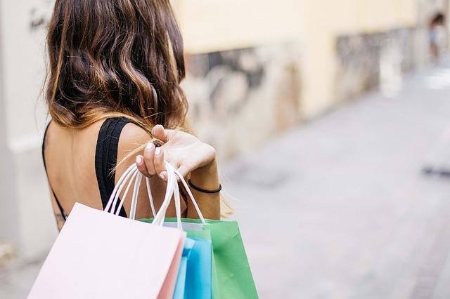 bruneta po nákupech